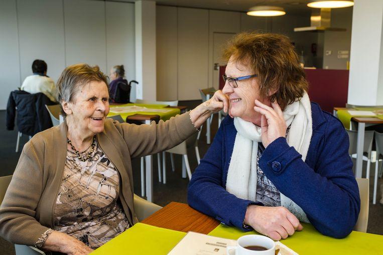 Brigitte (r.) is op bezoek in een rusthuis in Wijnegem. Een van de bewoners slaat een praatje met haar. Beeld Benoit De Freine