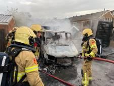 Camperbrand slaat over op schuurtjes in Zutphen: 'We zagen allemaal vlammen en schrokken ons een hoedje'