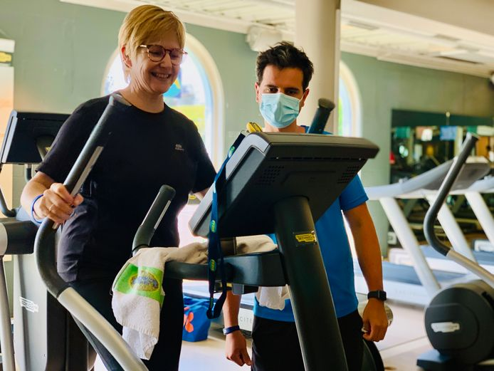 Sabine Van Nieuwenhove hier volop in beweging. Ze is - net als Ken Colombie van Fyzix Vilvoorde - blij dat de fitness weer open is.