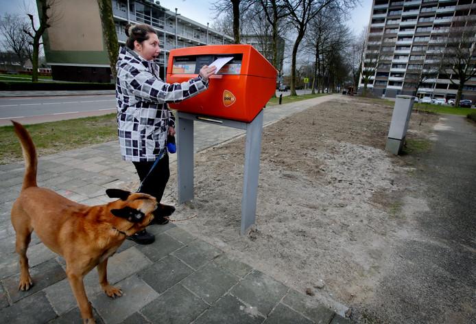 De brievenbus aan de Blaauwweg die eerder dit jaar even weg was, mag blijven staan.