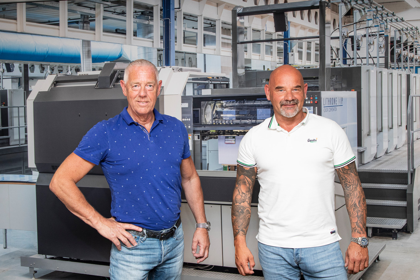 De directeuren Oscar Jager (links) en Erwin de Lange in de drukkerij in Raalte.