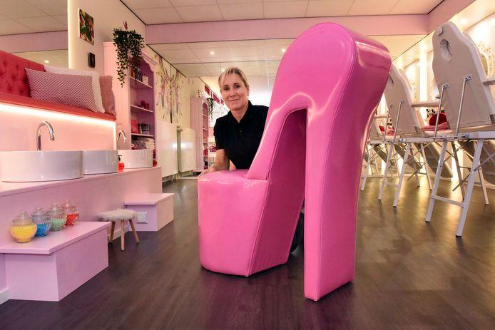 Jeannette Schoonfeld-Kompier organiseert met haar bedrijf Colours4kids kinderfeestjes. Ze verzorgt bij mensen thuis of op haar eigen locatie feestjes in allerlei thema's en heeft zelfs een heuse beautysalon.