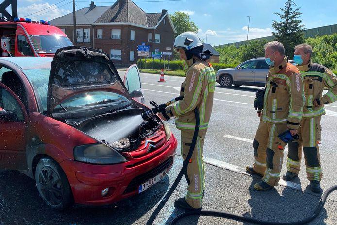 Donderdagmiddag brandde ter hoogte van de op- en afrit van de E40 richting Gent het motorcompartiment van een Citroën C3 uit.