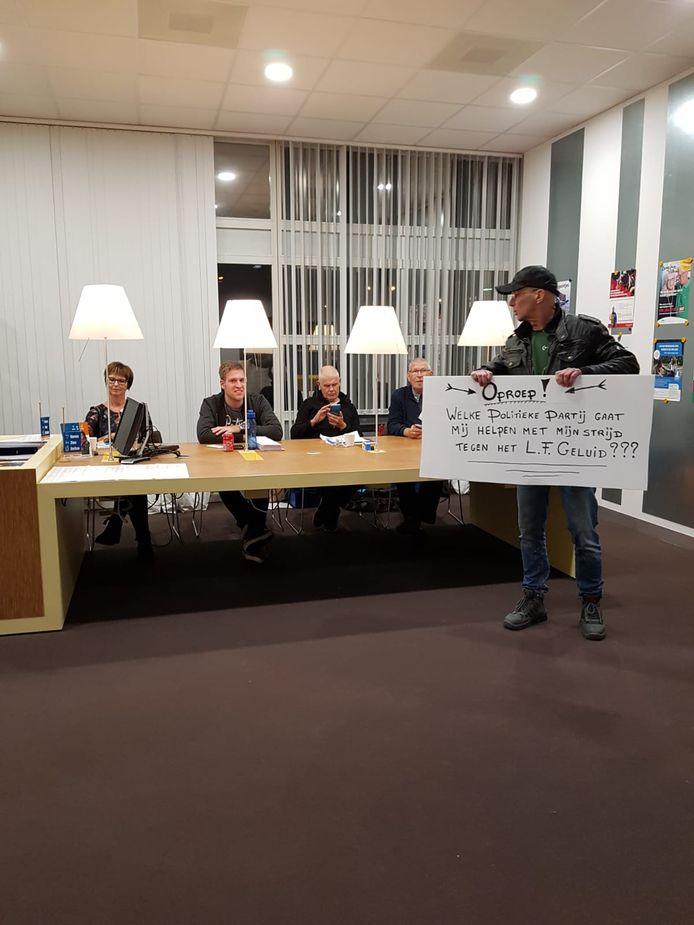 Marus van Gent uit Oud-Beijerland vraagt tijdens het stemmen aandacht voor zijn probleem.