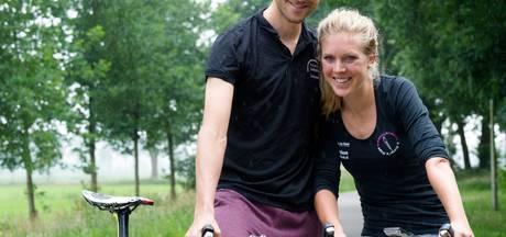 De man fietst harder, een vrouw langer