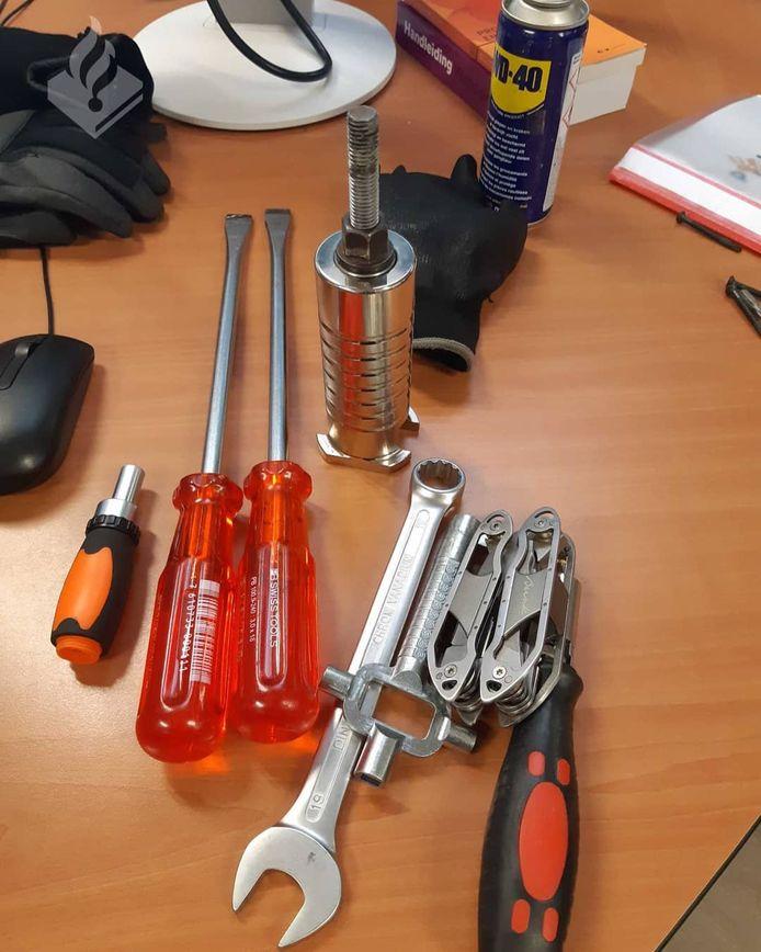 Het gereedschap dat de politie in de auto vond.