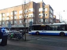 Fietser gewond door aanrijding met bus in Jan Evertsenstraat