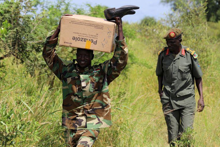 Een militair draait een doos formulieren voor de selectie van rekruten van het nieuwe gezamenlijke leger. Beeld REUTERS