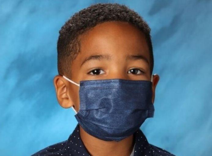 De 6-jarige Mason uit de Amerikaanse staat Nevada weigerde zijn mondmasker af te zetten voor een schoolfoto.