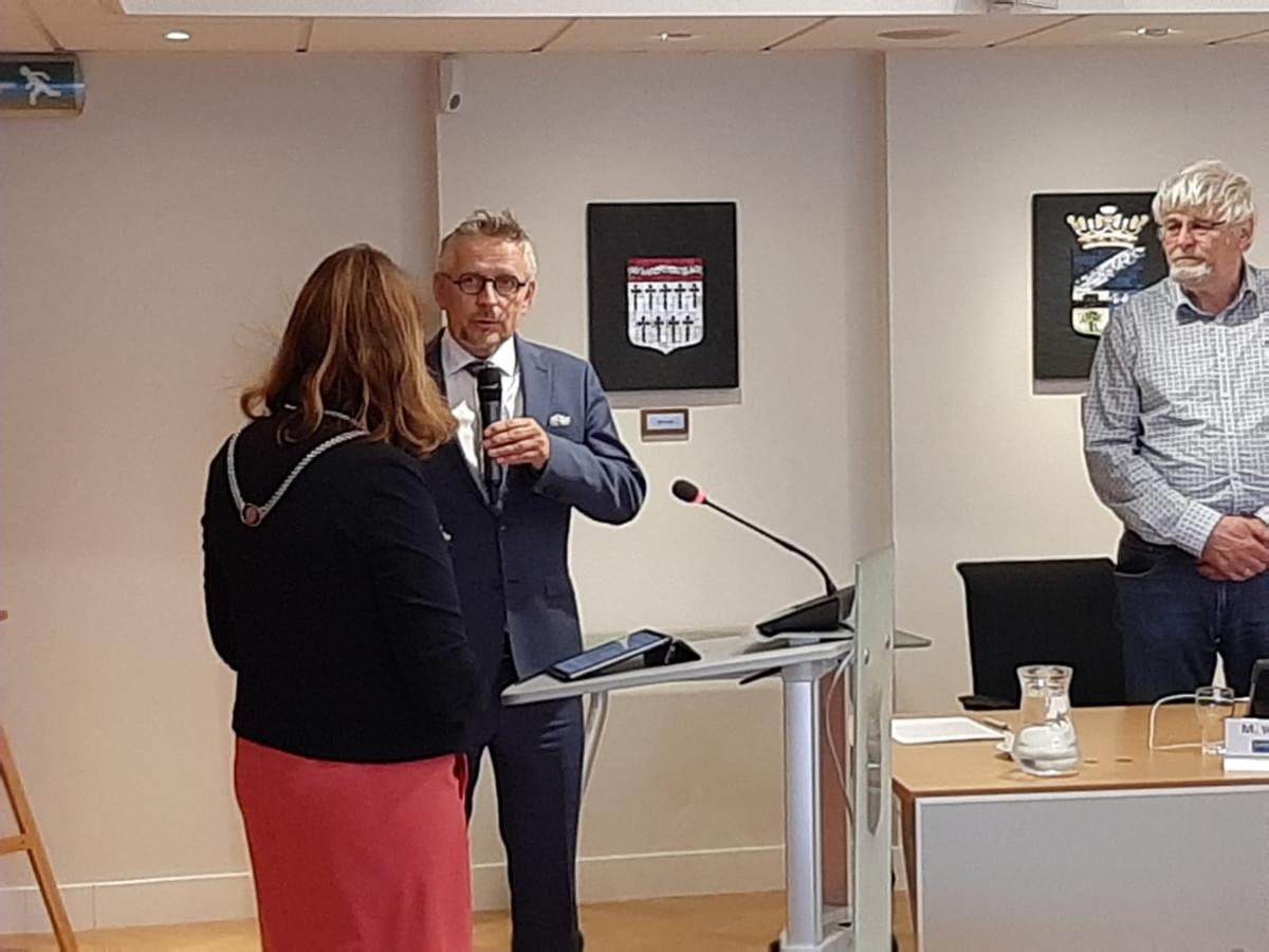 Evert Bunt werd in juli door burgemeester José van Egmond geïnstalleerd als interim-raadsgriffier van Reimerswaal. Rechts in beeld Marien Weststrate, voorzitter van de werkgeverscommissie van de griffie.