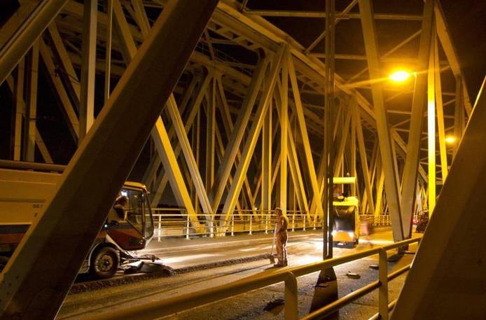 Werkzaamheden op de IJsselbrug bij Westervoort in 2011.