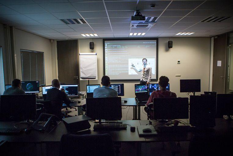Training bij Fox-IT. De kleine onderneming uit Delft groeide uit tot een toonaangevend Europees beveiligingsbedrijf.  Beeld Julius Schrank / de Volkskrant