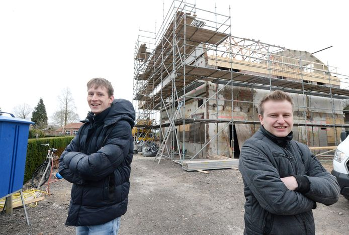 Tobias Borgelink (links) en Wouter te Rietmole zijn blij met de bouw van appartementen voor jongeren in Rietmolen.