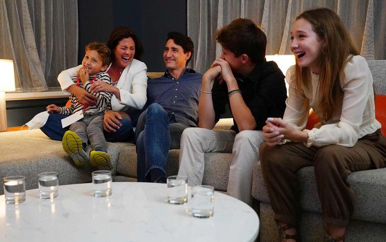 De Canadese premier Trudeau volgt samen met zijn familie de verkiezingsresultaten in het hoofdkwartier van zijn partij. Beeld AFP