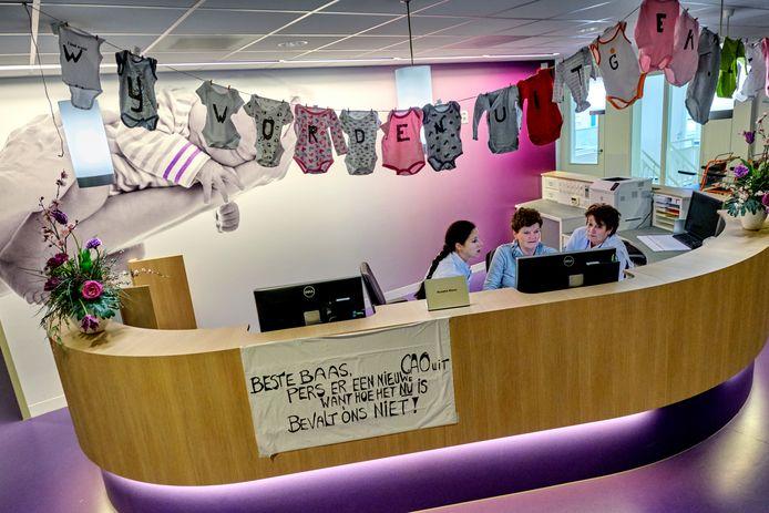 'Wij worden uitgekleed' staat er op de rompertjes boven de balie bij geboortecentrum Rhena. Morgen wordt er in het Albert Schweitzer ziekenhuis (ASz) actie gevoerd voor een betere cao.
