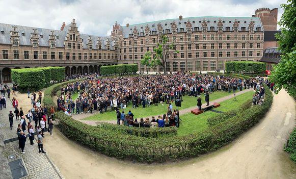 Honderden studenten kwamen samen om Julie en Valérie te herdenken