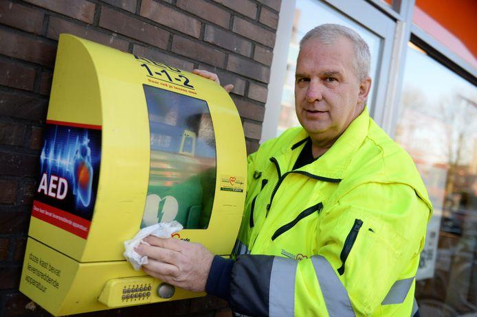 Directeur Henk Poort van Twente Hart Safe bij een AED die kapot dreigt te gaan