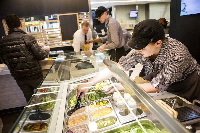 Dit filiaal is de eerste van Nederland met een McCafé en een saladebar. Beeld Julius Schrank