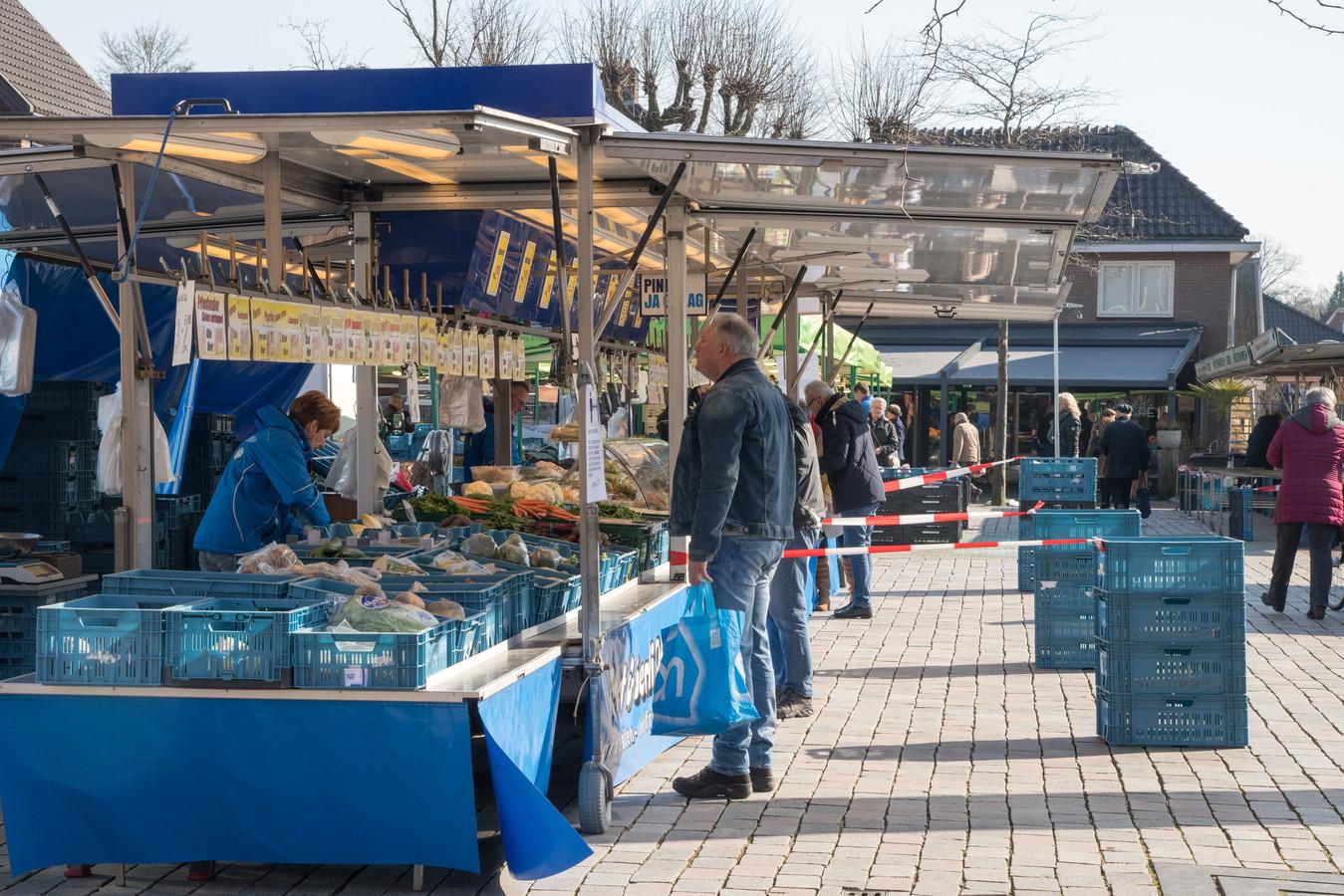 Vorige maand is ook de weekmarkt in Nunspeet al aangepast aan de anderhalve meter-maatregel van de overheid.