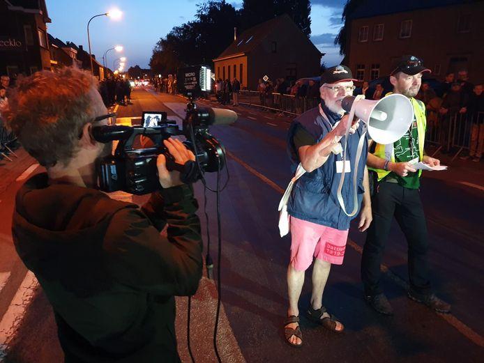Remi van de Veire spreekt de renners net voor de start toe.