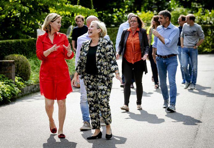 Minister Ank Bijleveld (rechts) in gesprek met collega Cora van Nieuwenhuizen.