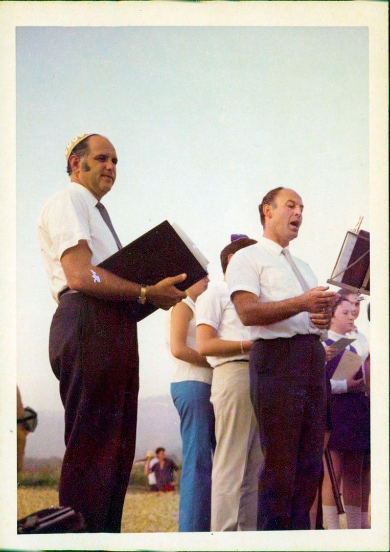 Maurice Schellekes (rechts) met rabbijn Samuels. Beeld Privéarchief