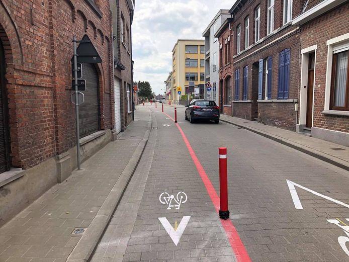 In de Koestraat zijn de paaltjes om de fietsers uit de tegenrichting te beschermen ondertussen geplaatst.