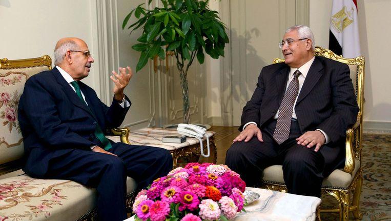 Mohamed ElBaradei (links) in gesprek met Adli Mansour, afgelopen zaterdag. Beeld AP