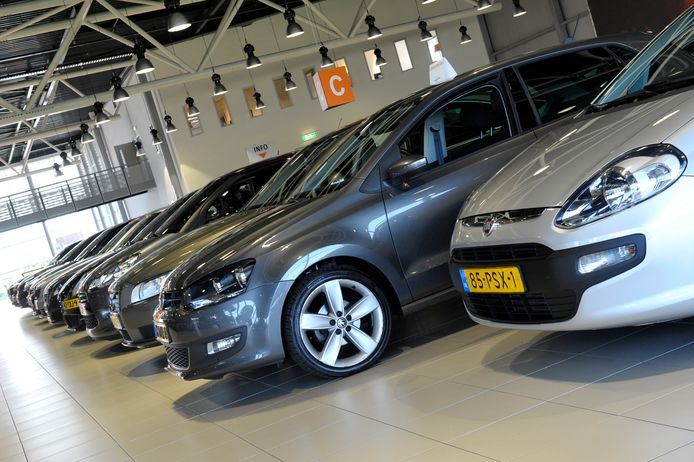 Een autoshowroom met nieuwe modellen