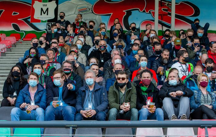 Publiek tijdens de wedstrijd tussen NEC en De Graafschap met mondkapjes binnen de anderhalve meter.