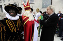 Burgemeester Eberhard van der Laan (R) verwelkomt Sinterklaas en zijn pieten bij de intocht in Amsterdam