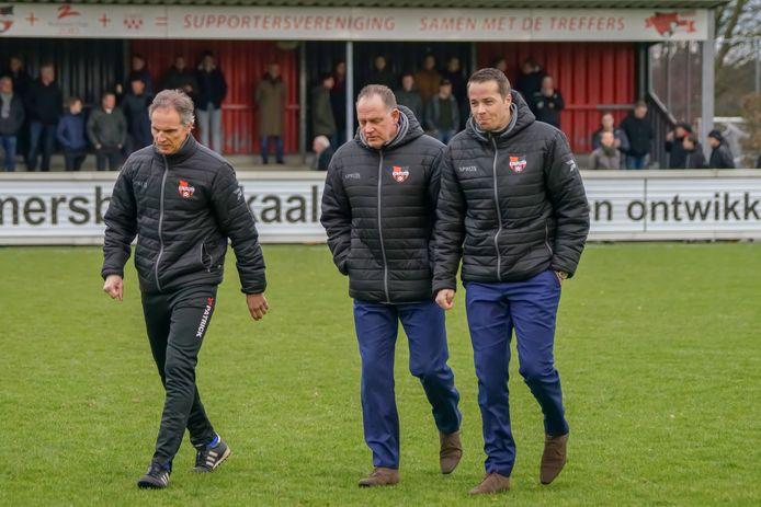 Willie Willems als assistent-coach van De Treffers tussen hoofdtrainer Anton Janssen (links) en keeperstrainer Berry Peters (rechts).