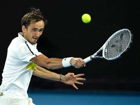 Medvedev geeft Nadal-beul Tsitsipas pak slaag en staat in tweede Grand Slam-finale