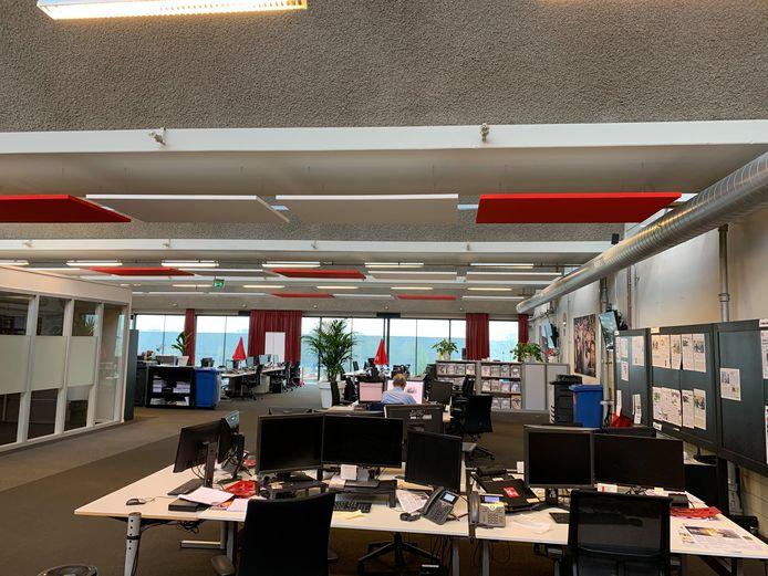 De redactie van het Brabants Dagblad in Den Bosch blijft dinsdagochtend leeg. De verslaggevers werken zoveel mogelijk thuis. Foto Joris Roes