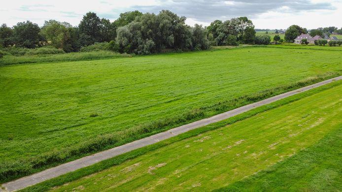 De ontsluitingsweg voor de nieuwe kavels komt op de plek waar nu het agrarisch kavelpad ligt.