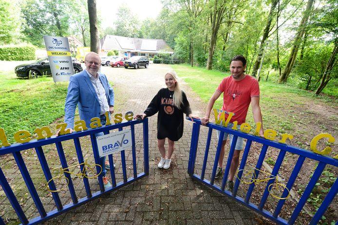 Rob Christenhusz, Lisa Heijboer en Jeroen Nijhuis (v.l.n.r) op het terrein van OWC, die net als LEZ Studio volgend jaar een steentje bijdraagt aan de Special Olympics.