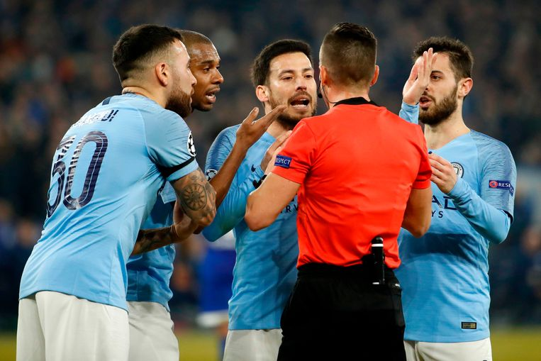 De City-spelers gaan in discussie met ref Carlos del Cerro.
