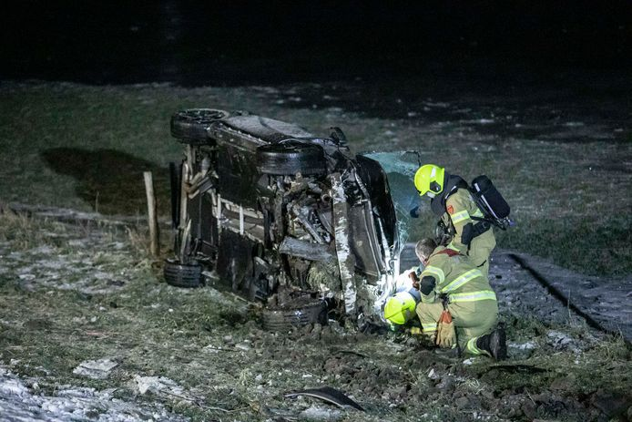 Een automobilist is meerdere keren over de kop geslagen en ernstig gewond geraakt op de A348 bij Rheden