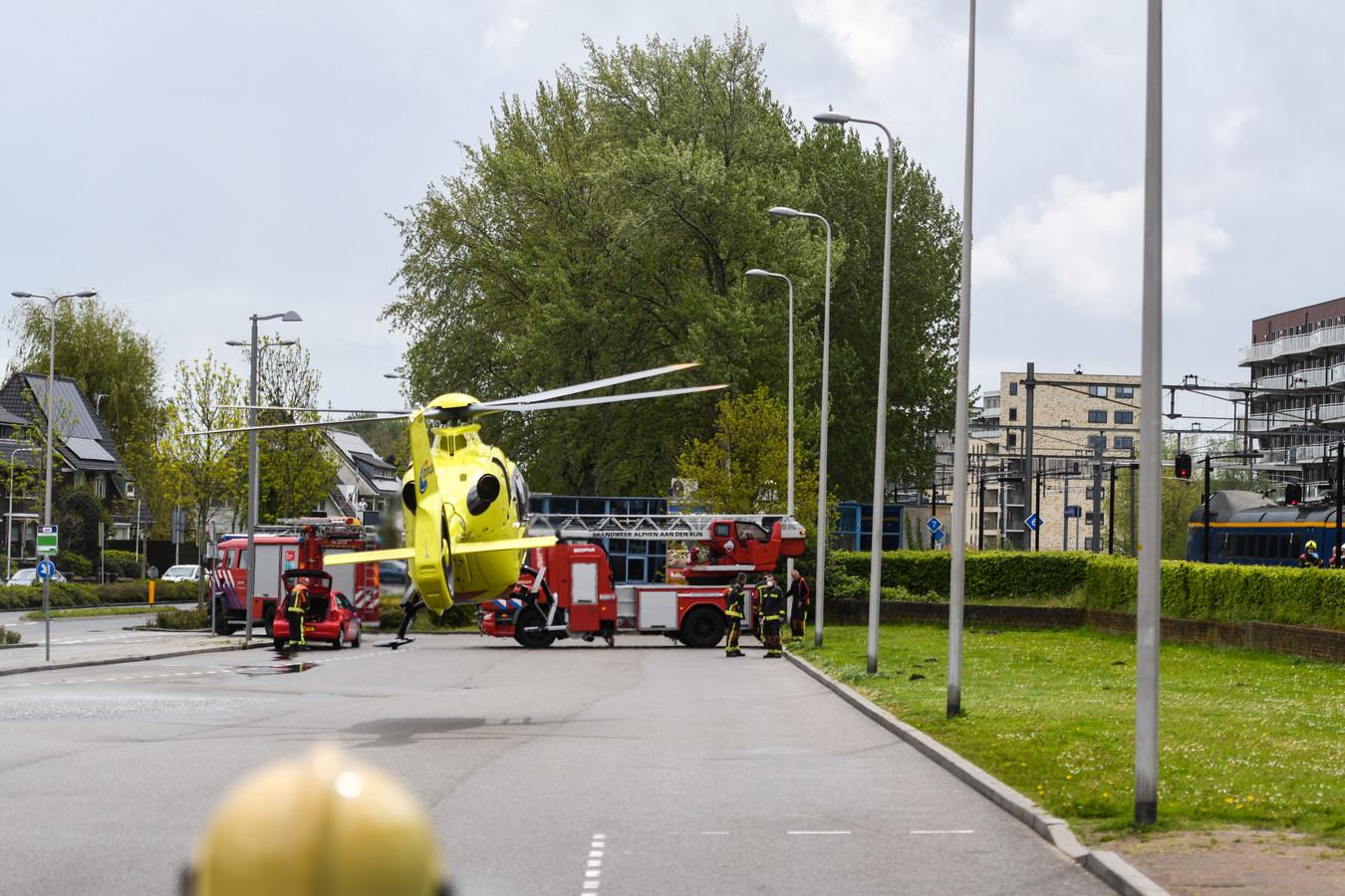 De traumahelikopter landt bij het station.