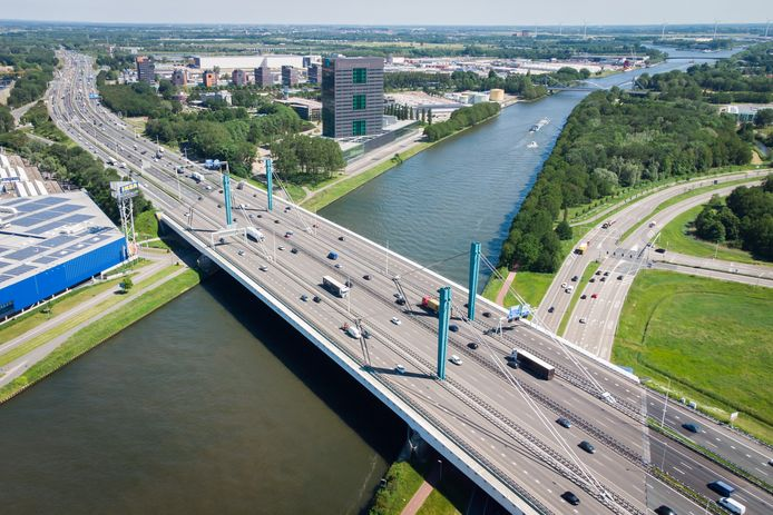Luchtfoto van de A12 en de Galecopperbrug naast het hoofdkantoor van Rijkswaterstaat vlakbij knooppunt Oudenrijn.