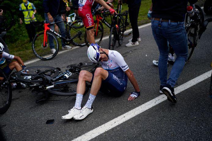 Chris Froome heeft flink last na de val op hoge snelheid.