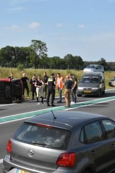 Vrouw verliest macht over het stuur en slaat met haar auto over de kop op N34 bij Hardenberg Oost
