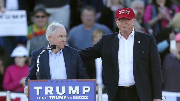 Jeff Sessions en Donald Trump tijdens een campagnebijeenkomst in Madison. Beeld ap