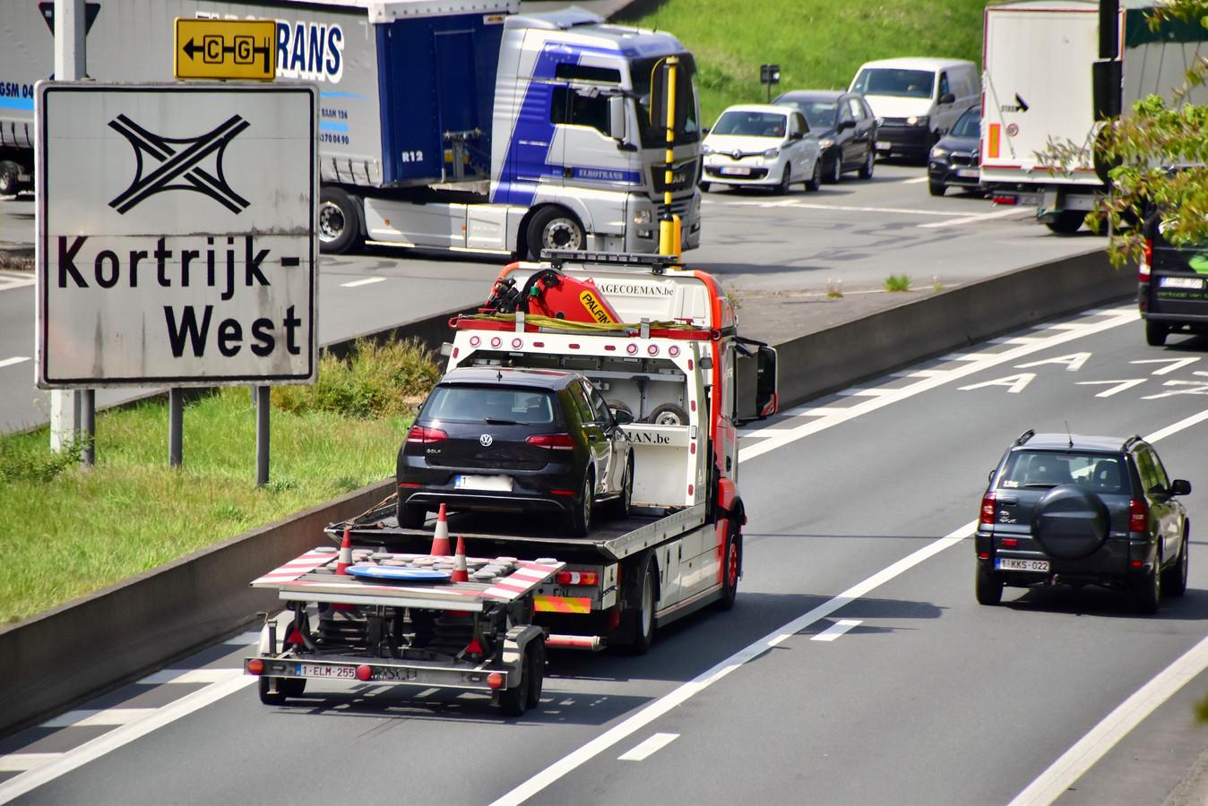 Nadat de bestuurder de dringendste zorgen was toegediend, op de R8 in Bissegem, werd zijn voertuig weggetakeld.