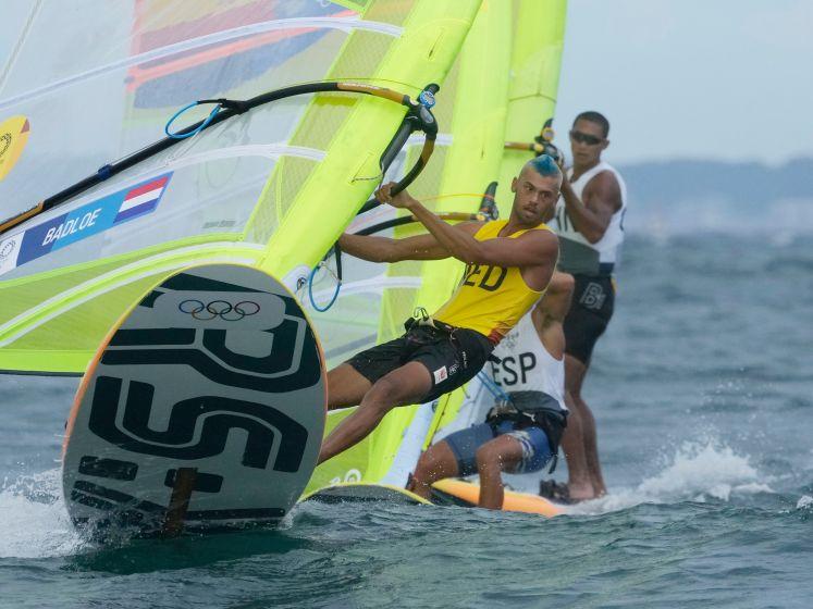 Sensatie op de surfplank: Kiran Badloe kent geen genade en wint goud 'op zijn Dorians'