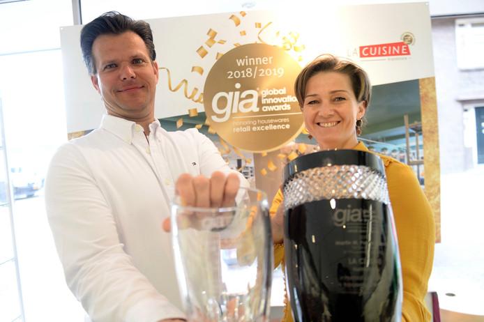 Dagmar en Martijn Spekreijse van La Cuisine uit Tubbergen wonnen een prestigieuze, internationale retailprijs met hun bedrijf, met name voor de etalage. Ze komen net terug uit de VS waar ze de prijs in oannina rontvangst hebben genomen.