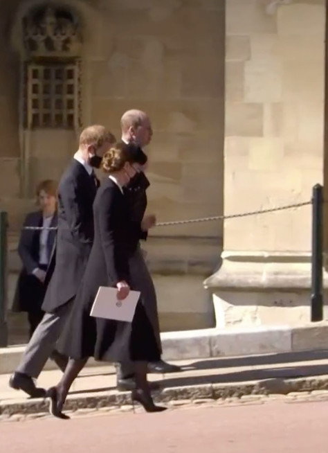 Harry loopt samen met William en Kate terug naar Windsor Castle.