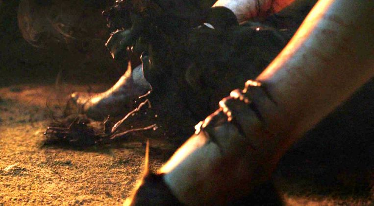 Melisandre baart een moordlustige schaduwbaby.  Beeld