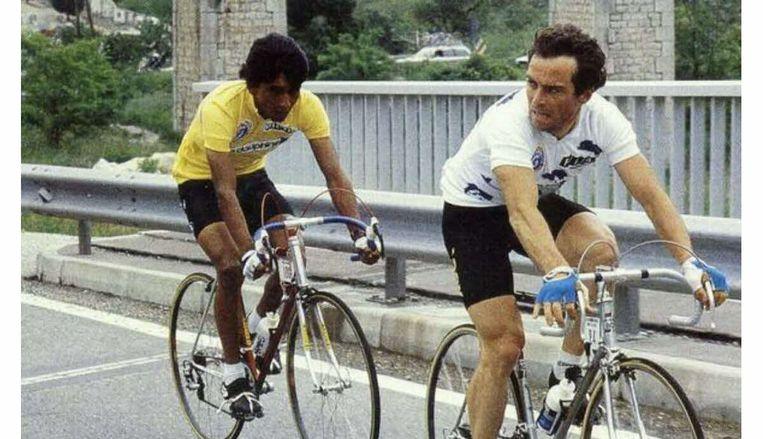 Bernard Hinault probeert de Colombiaan Martín Ramírez uit de gele leiderstrui te rijden in de Dauphiné van 1984. Beeld RV