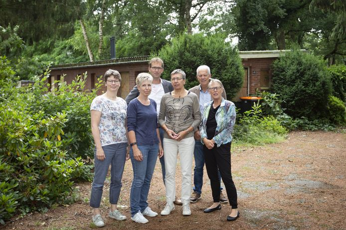 De initiatiefnemers van het retraitecentrum Huis van Vriendschap op het terrein waar dit gerealiseerd wordt. Op de foto vlnr, achter:  Erwout Slot en Joop Stegeman. Voor Rieke Vliek, Hetty Nijmeijer, Thea van Pijkeren en Wil de Bruine.